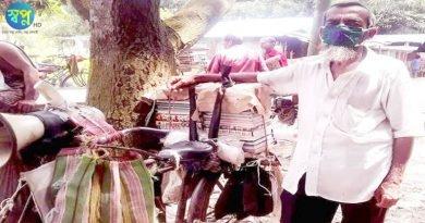 লোকমান সাইকেলে বই বিক্রি